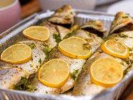Печена риба лаврак с магданоз, розмарин и чесън на фурна